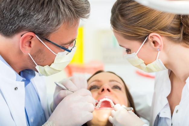 Paciente com dentista - tratamento odontológico
