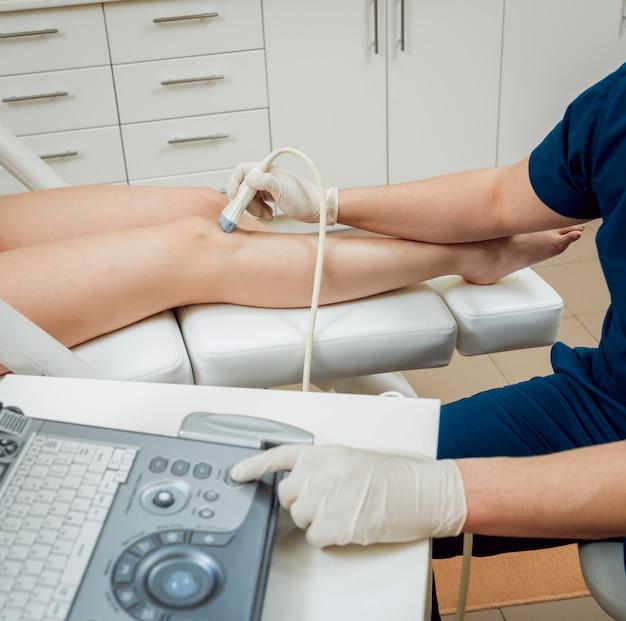 Paciente com médico ortopedista em seu escritório.