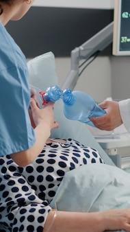 Paciente com problema respiratório pedindo ajuda médica