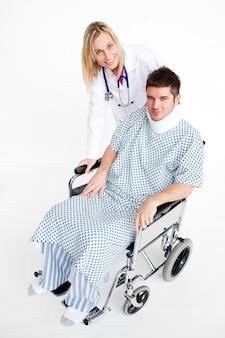 Paciente com uma cinta de pescoço e médico bonito