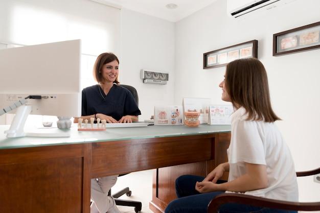 Paciente consulta ao dentista na clínica odontológica