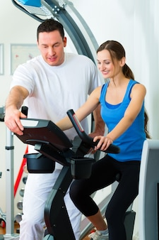 Paciente da fisioterapia fazendo exercícios físicos com sua terapeuta