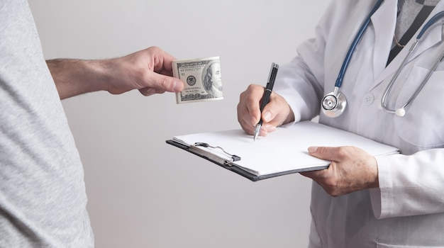 Paciente dando suborno ao médico na clínica.
