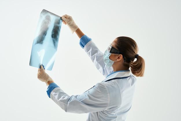Paciente de diagnóstico médico feminino examina trabalho de hospital