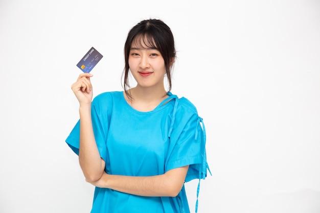 Paciente de mulher bonita asiática jovem mostrando cartão de crédito
