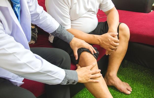 Paciente de osteoporose e fisioterapeuta, conceito de cuidados de saúde em casa.