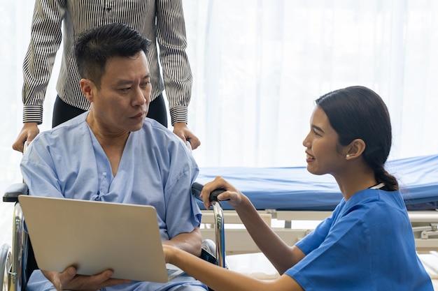 Paciente de tratamento fisioterapeuta