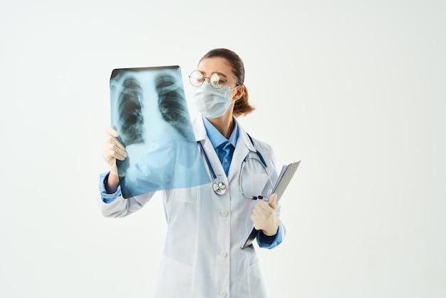 Paciente diagnóstico médico feminino examina fundo isolado
