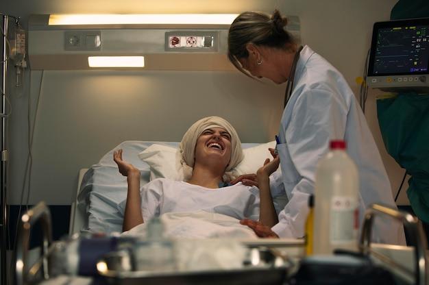 Paciente do sexo feminino e médica falando um assunto legal