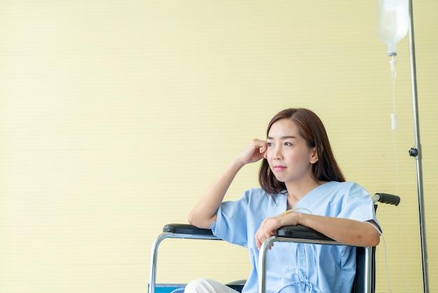 Paciente do sexo feminino em cadeira de rodas