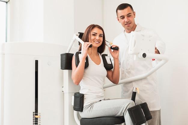 Paciente do sexo feminino malhando exercícios médicos
