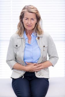 Paciente do sexo feminino que sofre de dor de estômago