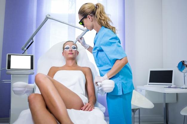 Paciente do sexo feminino recebendo procedimento de levantamento de rf