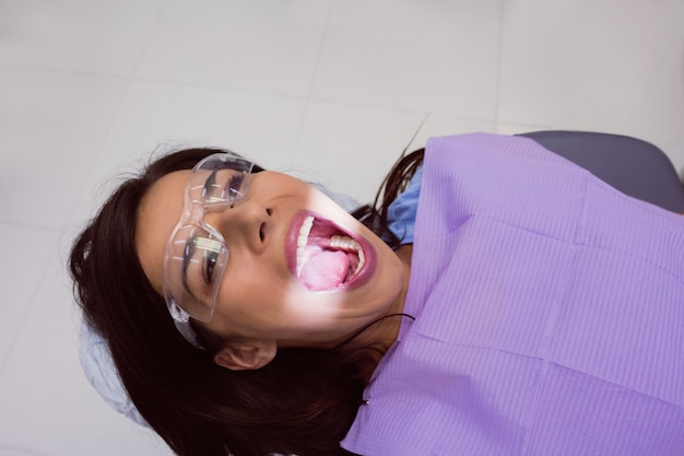 Paciente do sexo feminino recebendo tratamento odontológico