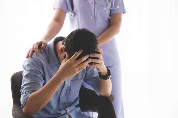 Paciente do sexo feminino sendo tranquilizado pelo médico no quarto do hospital