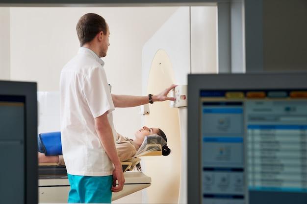 Paciente do sexo feminino, submetida a rm - ressonância magnética em hospital. equipamentos médicos e saúde