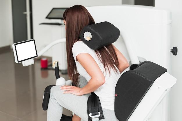 Paciente do sexo feminino usando dispositivo médico