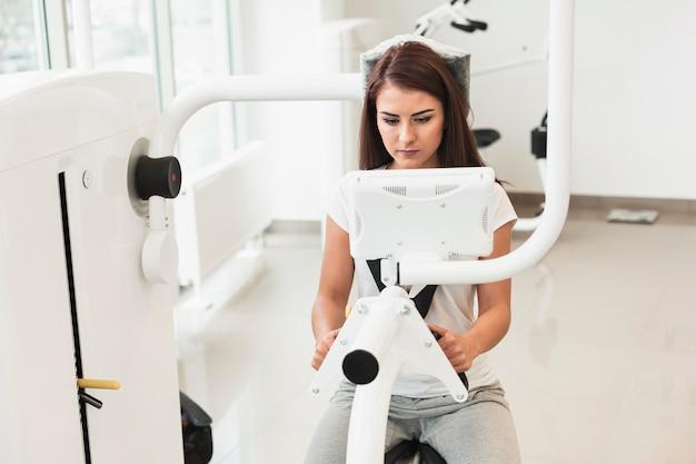 Paciente do sexo feminino usando máquina médica