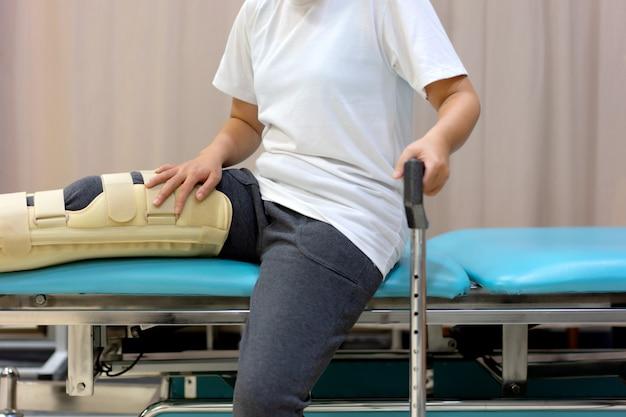 Paciente do sexo feminino usando o apoio do joelho