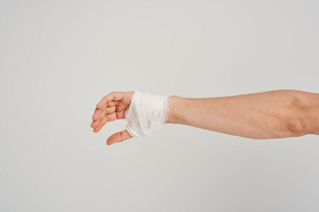 Paciente do sexo masculino com curativo ferimento na mão nos dedos da internação luz de fundo