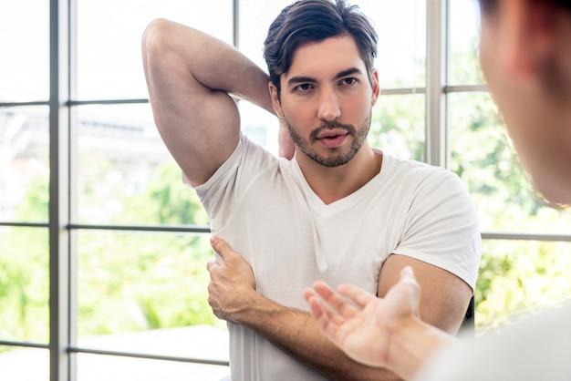 Paciente do sexo masculino do atleta consulta com o médico sobre a dor muscular