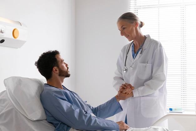 Paciente do sexo masculino doente na cama conversando com uma enfermeira