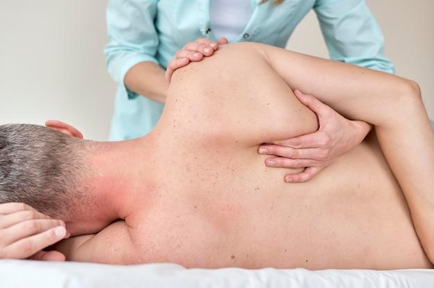 Paciente do sexo masculino em terapia com fisiologista