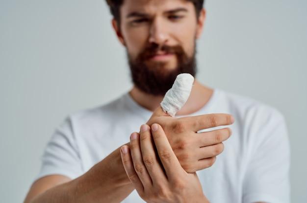 Paciente do sexo masculino enfaixado ferimento na mão para fundo isolado de dedos. foto de alta qualidade