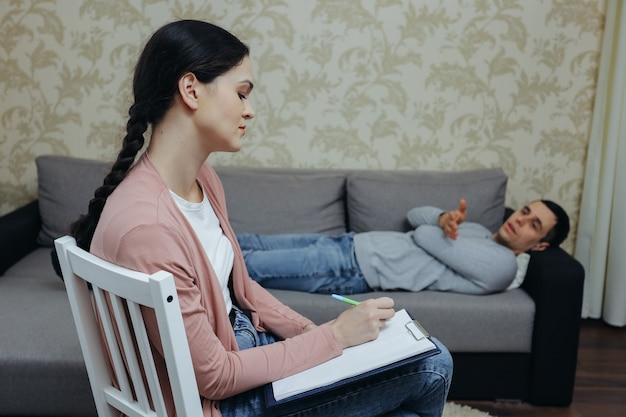Paciente do sexo masculino na recepção de uma psicóloga