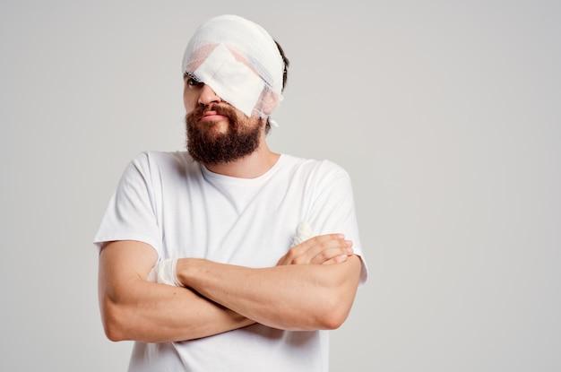 Paciente do sexo masculino, traumatismo cranioencefálico em camiseta branca, dor de cabeça, remédio hospitalar