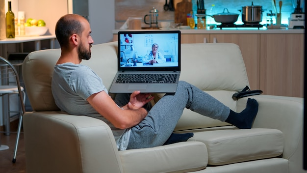Paciente doente conversando com médico durante videochamada de telemedicina online