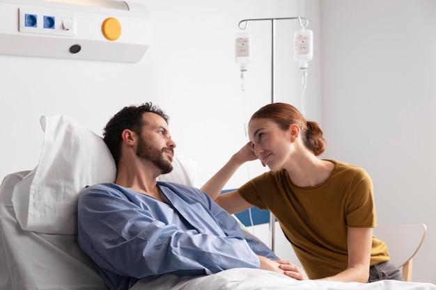 Paciente doente conversando com sua esposa
