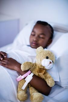 Paciente dormindo com ursinho de pelúcia