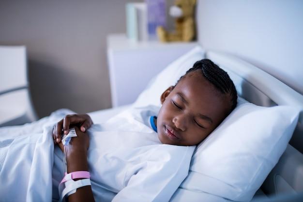 Paciente dormindo na cama no hospital