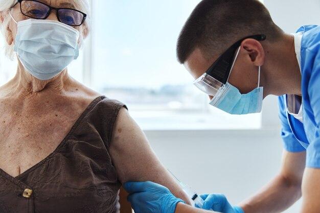 Paciente e médico com passaporte covid pandêmico de coronavírus