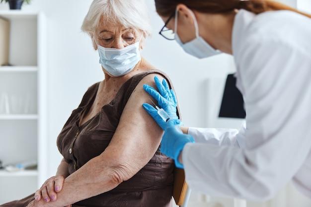 Paciente e médico epidemia do vírus do passaporte covid