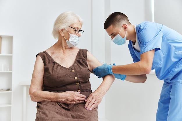 Paciente e médico imunização segurança coronavírus pandêmico