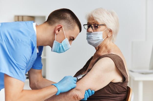 Paciente e médico, passaporte de vacina, cuidados de saúde