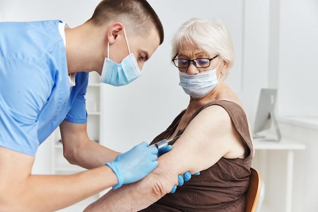 Paciente e médico passaporte para vacina contra coronavírus pandêmico