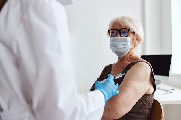 Paciente e médico seringa injeção passaporte vacina imunidade proteção. foto de alta qualidade