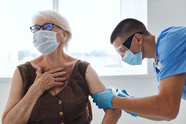 Paciente e médico, vacinação por injeção, passaporte covid