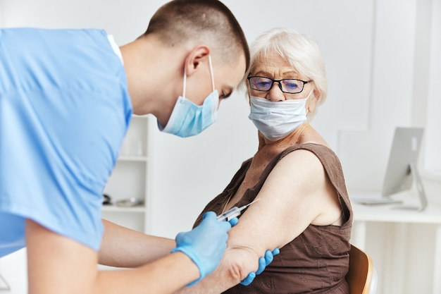 Paciente e tratamento do paciente com passaporte da vacina do médico