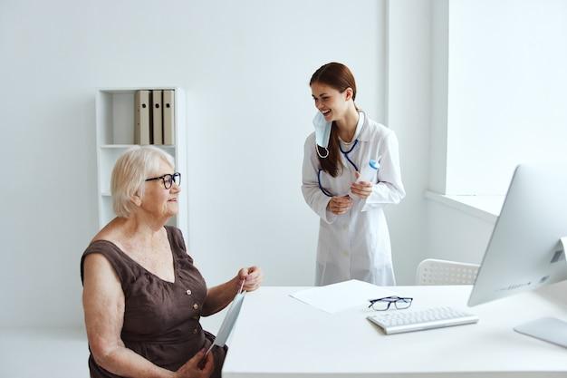 Paciente em exame por uma enfermeira de cuidados de saúde. foto de alta qualidade