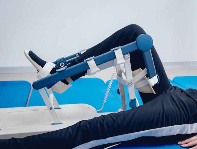 Paciente em máquinas de cpm (amplitude de movimento passivo contínuo). dispositivo para fornecer movimento anatomicamente correto às articulações do tornozelo e subtalar.