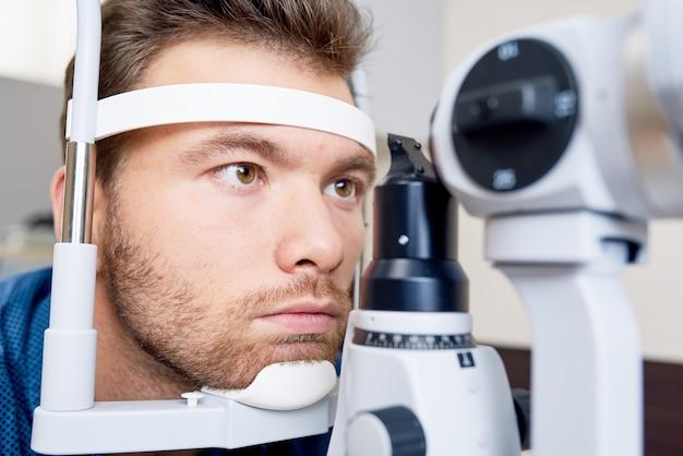 Paciente em oftalmologistas close-up