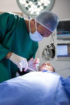 Paciente em operação cirurgião