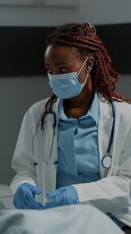 Paciente em recuperação na enfermaria do hospital recebendo consulta