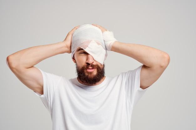 Paciente em uma camiseta branca trauma diagnóstico de saúde luz de fundo
