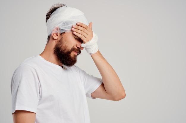 Paciente enfaixado cabeça e mão com luz de fundo de sangue