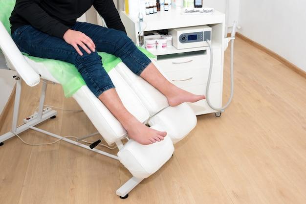 Paciente esperando por médico podólogo em clínica moderna